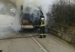 """Cerreto Sannita / Telese Terme. Pullman di linea prende fuoco lungo la """"Telesina"""", mezzo completamente distrutto dalle fiamme."""