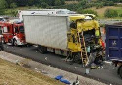 MIGNANO MONTELUNGO / CAIANELLO. Spaventoso incidente sull'Autostrada A1: ferito in maniera grave un autotrasportatore di Sessa Aurunca.