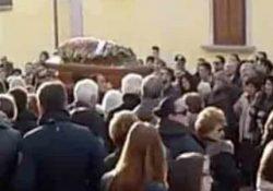 CAMIGLIANO. I funerali di Anna Carusone, la 50enne freddata dal marito nella strage di Bellona di lunedì scorso.