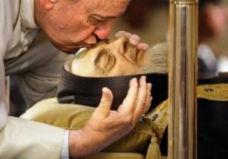 Pietrelcina. Al Papa saranno donati la terra ed una scaglia dell'olmo delle stimmate di Padre Pio: il Sannio pronto ad accogliere sabato mattina il Pontefice.
