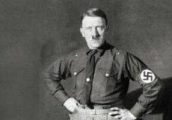 Hitler. La sua faccia sui calzini, proteste ed indignazione: insorge la direzione del Museo di Auschwitz.
