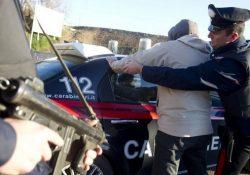 Baia Domizia / Cellole. Arrestato cittadino albanese di 35 anni: clandestino in Italia, alla guida di un'auto senza assicurazione e documenti, ha pure tentato di investire i carabinieri.