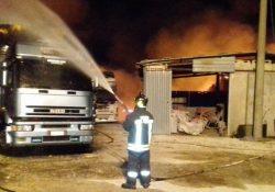 Venafro. Azienda agricola in fiamme: due autotreni ed un rimorchio carichi di balle di paglia letteralmente in fumo.