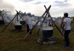 """Capracotta. Prato Gentile invasa da migliaia di turisti per la tradizionale """"Pezzata"""": il piatto tipico è la pecora bollita."""
