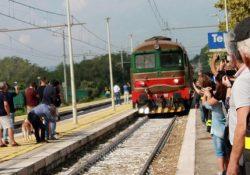 """Telese Terme. Arriva in stazione il treno storico di Fondazione delle Ferrovie dello Stato: il """"treno dei bagnati"""" 135 anni dopo la sua inaugurazione."""