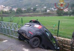 Venafro. Perde il controllo della sua auto nei pressi del cimitero francese e finisce in una scarpata: veicolo rimosso grazie ad un'autogru dei Vigili del Fuoco.