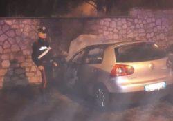 Fornelli. Auto prende fuoco misteriosamente nella piazza del paese: intervengono carabinieri e vigili del fuoco.
