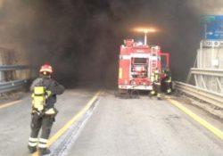 Civitanova del Sannio. Auto in fiamme mentre percorre la statale in galleria: intervengono i vigili del fuoco.