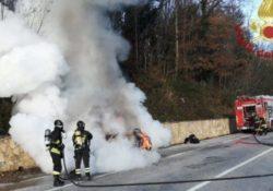 Venafro / Pozzilli. Auto in fiamme lungo la strada, automobilista riesce a fermarsi ed ad uscire: intervengono i vigli del fuoco.