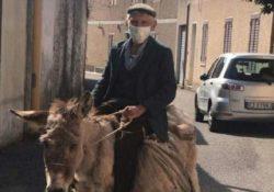 LA FOTO NOTIZIA. Uno dei simboli di questa emergenza!!! A 81 anni continua la sua vita: in sella a Stella con mascherina ed autocertificazione.