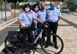PIETRAVAIRANO. Oggi 3 Giugno Giornata Nazionale della Bicicletta: in ricordo del dr. Raffaele Di Robbio una cittadina dona una bicicletta elettrica al Comando Polizia Municipale.