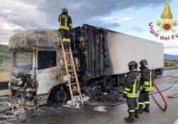 Civitanova del Sannio. Si incendia un autotreno Strada Statale 650: tre mezzi dei vigili del fuoco per spegnere le fiamme.