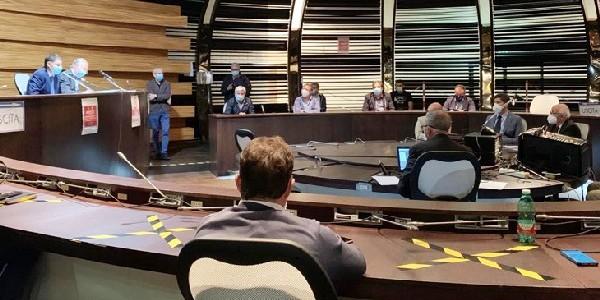 Passa in consiglio provinciale il bilancio: il Pd con Landolfi vota contro, il sostituto di Santillo passa subito con Zannini
