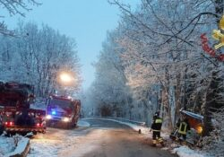 Bagnoli del Trigno / Agnone. I vigili del fuoco recuperano un mezzo spargisale andato fuori strada.