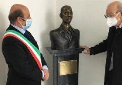 RIARDO. Il presidio di Guardia Medica intitolato al dott. Carlo D'Agostino: scoprimento del busto bronzeo all'interno della struttura sanitaria.