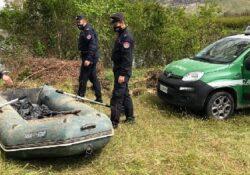 """Capua. Carabinieri forestale sorprendono bracconieri ittici intenti alla pesca di frodo con rete professionale a tramaglio nell'oasi di protezione """"Le Salicelle""""."""