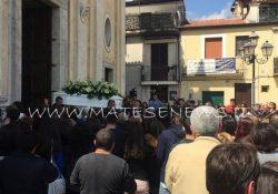 ALIFE. I funerali di Emanuele Ceneri: folla commossa, molti giovani in lacrime in Chiesa, attestati di condoglianze alla famiglia.