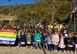 """AILANO. Il Comune matesino e l'I.C si riconfermano """"Città e scuola di Pace"""": gli alunni depongono ai piedi dell'Albero della Pace le armi giocattolo in segno di Nonviolenza."""
