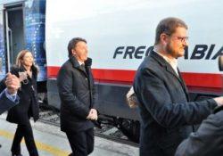 """Venafro. Arriva Matteo Renzi col suo treno """"Destinazione Italia"""": applausi e fischi ad attendere l'ex Premier."""