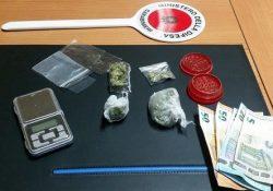 Sesto Campano / Isernia. Geometra del posto fermato con dosi di marijuana: altre tre persone tentano di disfarsi degli stupefacenti, denunciati per detenzione ai fini di spaccio.