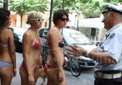Baia Domizia / Sessa Aurunca. Vietato circolare o anche solo sostare a torso nudo nel centro del paese, lo stabilisce un'ordinanza del sindaco: multe fino a 500 euro.