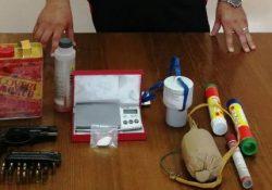 Tocco Caudio. Droga, ma anche esplosivi ed una pistola ritrovati in un vecchio frigo: scattano ben tre denunce.