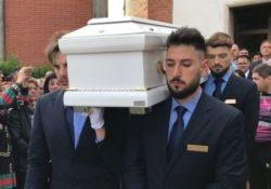 Piedimonte San Germano / Cassino. Funerali del piccolo Gabriel, palloncini bianchi e migliaia di persone per l'ultimo saluto al bimbo ucciso: mentre i genitori restano in carcere.