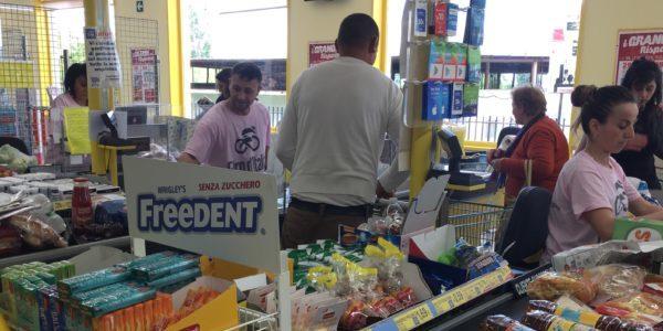 """Giro d'Italia che esclude il Sud: cassiere del supermercato al lavoro con la """"maglia Rosa"""""""
