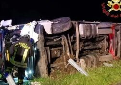 Capua. Tir si ribalta lungo l'Autostrada A1, conducente resta incastrato tra le lamiere: intervengono i Vigili del Fuoco.