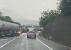 """Ponte / Torrecuso. Camion perso il controllo e sbatte contro il muro di contenimento: attimi di paura lungo la """"Telesina""""."""